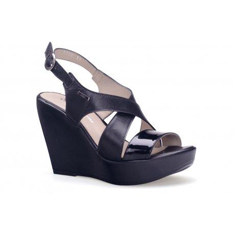 Czarne sandały na koturnie skórzane